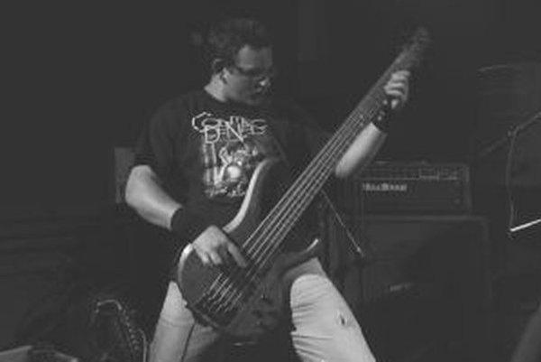 Martin Mariak. Svojou basovou gitarou doplnil v marci skupinu.