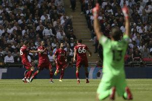 Futbalisti FC Liverpool sa radujú po jednom z gólov.
