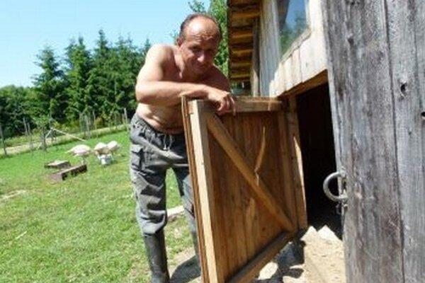 Martinovi Švaňovi sa medvedica vlámala do búdy s morkami.
