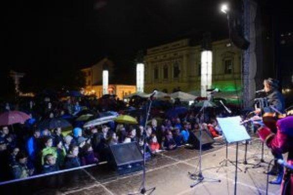 Divadelné námestie počas krstu CD z divadelného sitkomu www.narodnycintorin.sk.