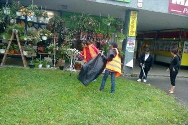 Nezamestnaní zbierajú odpadky, a čistia mesto.