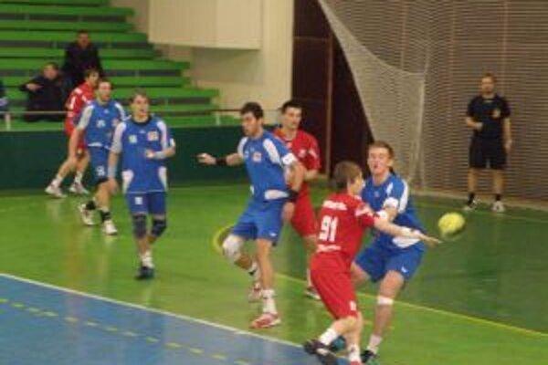 marián Gardian (v červenom prispel k výhre Pov. Bystrice v Topoľčanoch štyrmi gólmi.