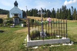 V rázovitej prírode nad obcou Úhorná v okrese Gelnica sa nachádza pútnické miesto zasvätené Panne Márii Snežnej. Kadiaľ sa majú pútnici vybrať na cestu označuje tabuľka aj biele kamene, ktorými je cesta vysypaná. Veriaci tu chodia už viac ako 200 rokov. Do fliaš si naberajú vodu, ktorá má podľa nich liečivé účinky.