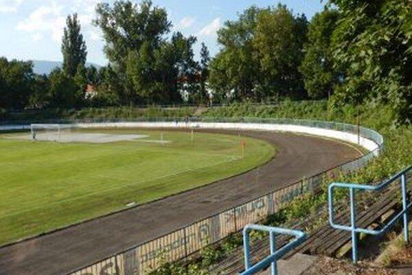Zápasy sa na futbalovom štadióne hrajú, ale prostredie nie je veľmi lákavé.