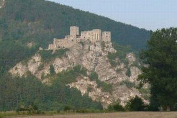 Skalný blok pod hradom Strečno sa posúva.