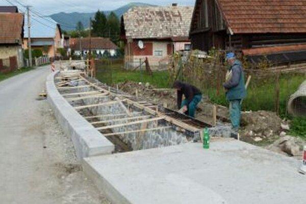 Stavbári mali so spevňovaním potoka veľa roboty.