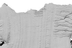 Drobný detail v šelfovom šadovci Larcen C. Veľká prasklina v pravom hornom rohu je začiatok tvorenia ľadovca A-69. (Sever je naľavo.)