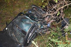 Seat skončil po nehode v potoku. Dvaja pasažieri kolíziu s kombajnom neprežili.