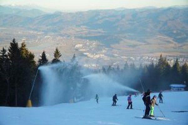 Obľúbená lyžovačka na Holiach prináša aj zranenia.