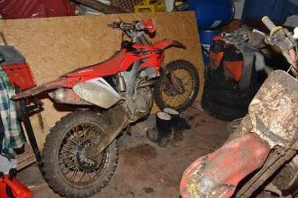 Za ukradnuté peniaze si mladík kúpil dve motorky, aj auto.