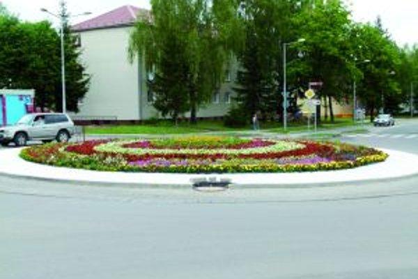Okolo 7 000 kvetov zatraktívnilo vzhľad kruhového objazdu.