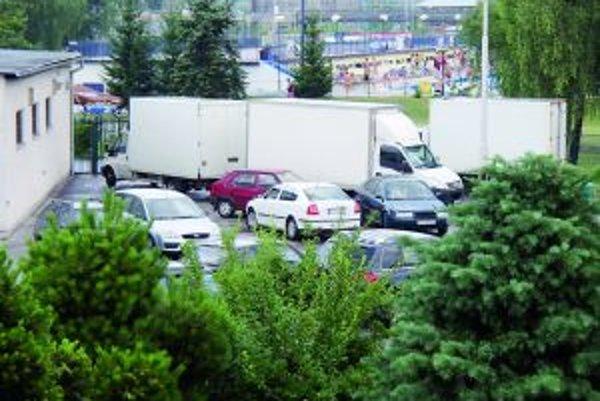 Keď je teplo, parkovisko pred kúpaliskom je maximáolne zaplnené. Pekárom to komplikuje situáciu pri rozvoze.