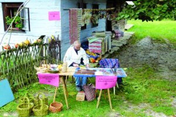 Návštevníci si mohli vyskúšať napríklad tkanie kobercov i výrobu košíka.