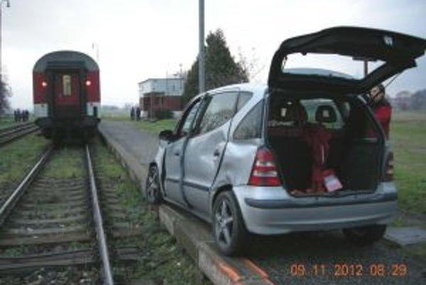 Po nehode s vlakom vodič auta ušiel.
