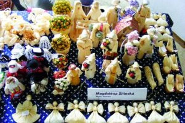Magdaléna Žilinská a jej partner Ferdinand Kolčák vystavovali výrobky zo šúpolia, ošatky zo slamy a krojované bábiky.