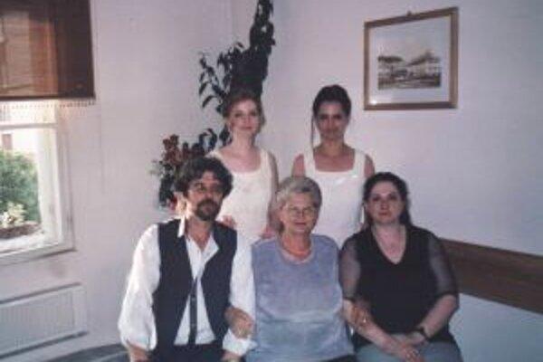 Anna Chudziaková (v strede) s dcérami a synom Ottom.