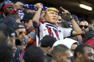 Fanúšik PSG v maske pripomínajúcej amerického prezidenta Donalda Trumpa.