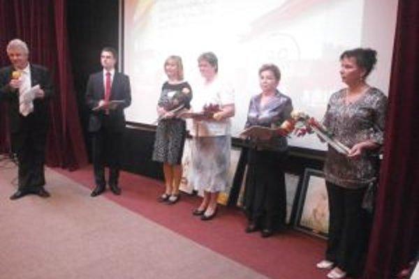 V Častej Papierničke si ocenenie v kategórii odborný zamestnanec prevzala aj Viera Cervanová (úplne vpravo).