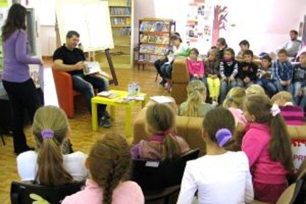 Na besedu do kniznice zavítal aj výtvarník Juraj Martiška.