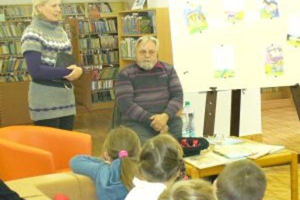 Spisovateľ s deťmi.
