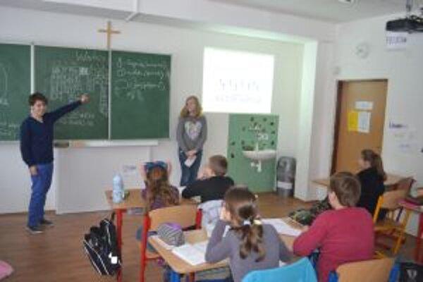 Výmena úloh pred katedrou sa žiakom páčila.