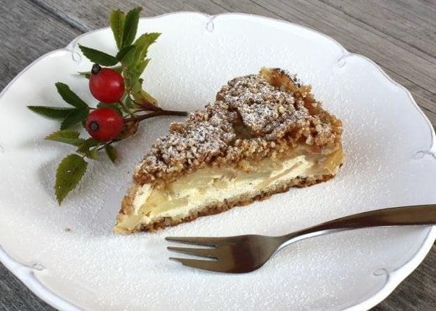 Sypaný jablkový koláč s tvarohom