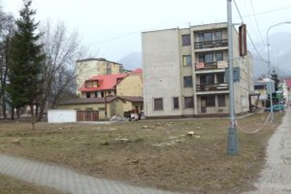 Vyrúbané stromy pri bytovke nahradia parkovacie miesta k bytom.