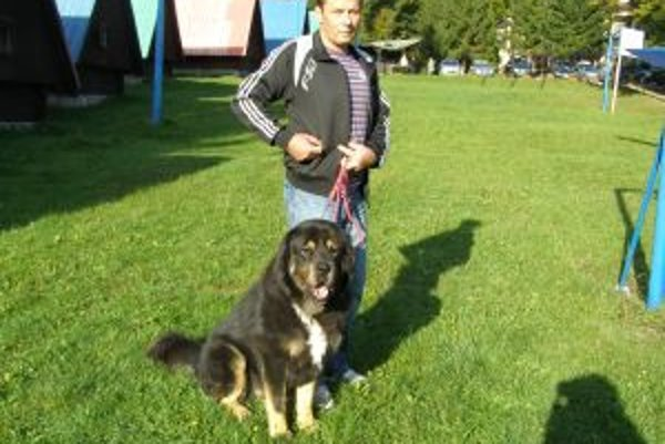 Rastislav Frkáň a Adar sú na prechádzke neprehliadnuteľní.