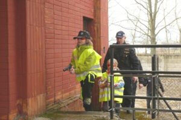 Hliadka sa chystá zadržať zlodeja, ktorý sa skryl v opustenej budove.