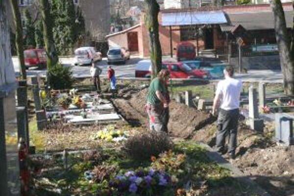 Renovácia. Na Národnom cintoríne budeme kráčať po nových chodníkoch.