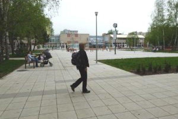 Námestie na Severe navštívili vandali ešte pred oficiálnym otvorením.