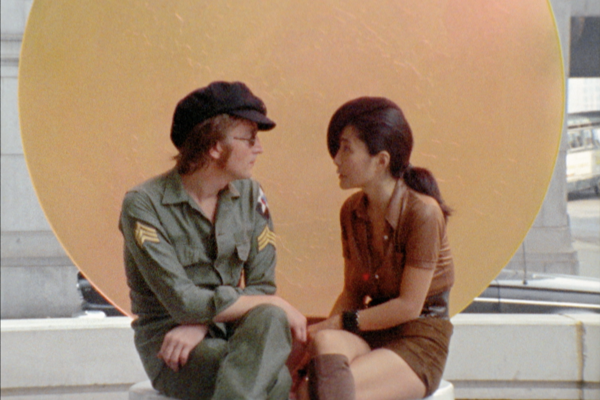 John Lennon a Yoko Ono vo filme Imagine.
