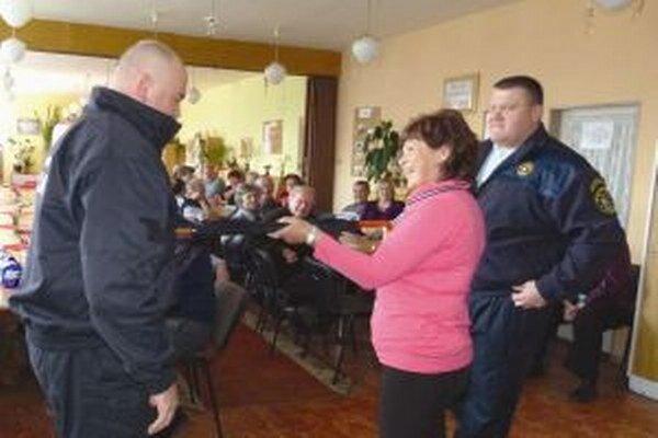 Kurzy sebaobrany mestskí policajti medzi seniormi organizovali, no privolanie pomoci je účinnejšie.