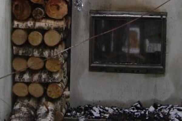 Takto naukladané drevo pri peci môže spôsobiť pohromu.