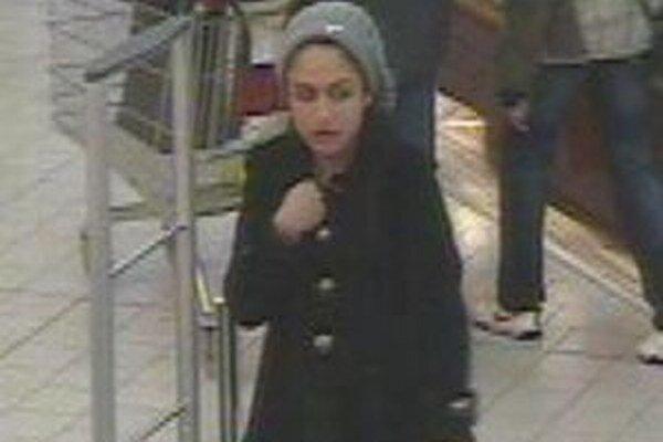 Polícia pátra po tejto mladej žene.