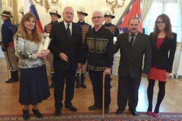 Fridrich Fritz (uprostred)s prezidentom SR Ivanom Gašparovicom a rodinou.
