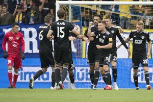 Futbalisti Trnavy sa radujú po jednom z gólov.