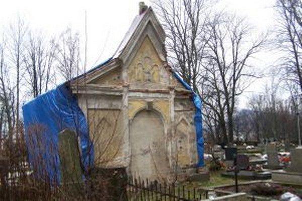 Hrobku teraz prekryli, aby ju neničilo počasie a vandali.