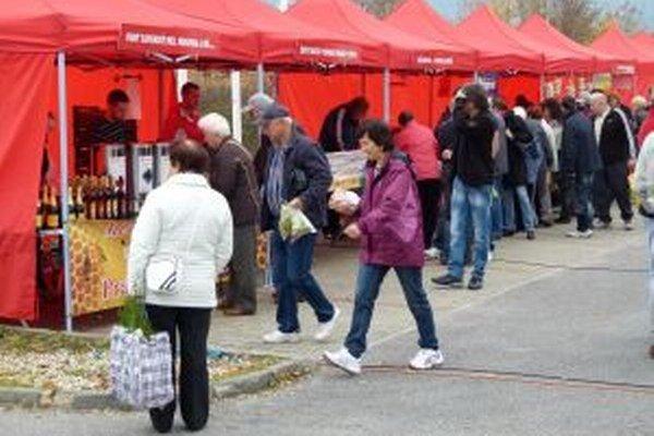 Takto začínali farmárske trhy v areáli obchodné centra na jeseň minulého roku.