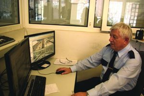 Pracovník mestskej polície Jaroslav Dzurec počas služby presne vie, čo sa na verejných priestranstvách v centre mesta deje.