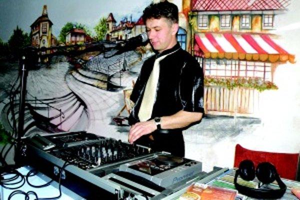 DJ Alan. Za mixážnym pultom si ho z diskoték pamätá najmä generácia tridsiatnikov.