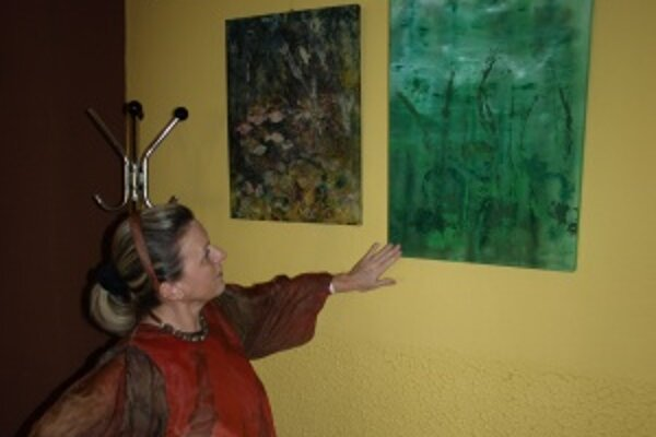 Zelený obraz Na břehu má pre autorku špeciálny význam.