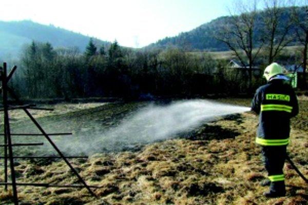 Na jar si vypaľovanie trávy dovolí takmer každý. Často s veľkými škodami.
