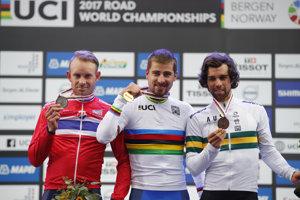 Peter Sagan (v strede) pózuje so zlatou medailou za víťazstvo v pretekoch mužov elite na MS v cyklistike 2017 v nórskom Bergene. Vľavo strieborný Nór Alexander Kristoff, vpravo bronzový Austrálčan Michael Matthews.