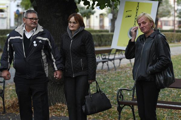 Na snímke rodičia Jána Kuciaka a matka Martiny Kušnírovej počas otvorenia výstavy.