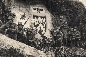 Ikonická propagačná pohľadnica z mája 1938. Vlastenecký motív vytesali do skalného reliéfu príslušníci pešieho pluku 152 v severočeských Podbořanoch.