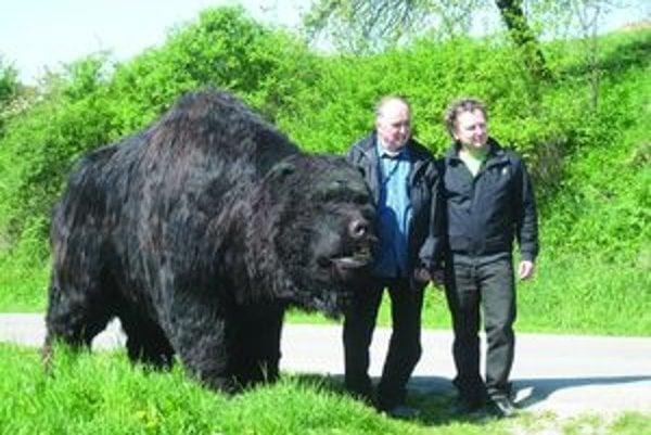 Klaudínyovci po dvoch mamutoch zhotovili jaskynného medveďa.