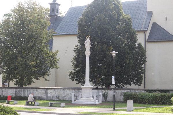Nové umiestnenie kópie Immaculaty. Stojí pred rímsko-katolíckym kostolom svätého Štefana Kráľa.