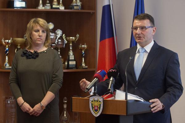 Na snímke vpravo rezignovaný prezident Finančnej správy SR František Imrecze a vľavo nová šéfka Finančnej správy SR Lenka Wittenbergerová.