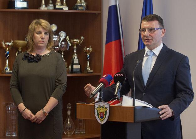 Na snímke vpravo rezignovaný prezident finančnej správy František Imrecze a vľavo nová šéfka finančnej správy Lenka Wittenbergerová.